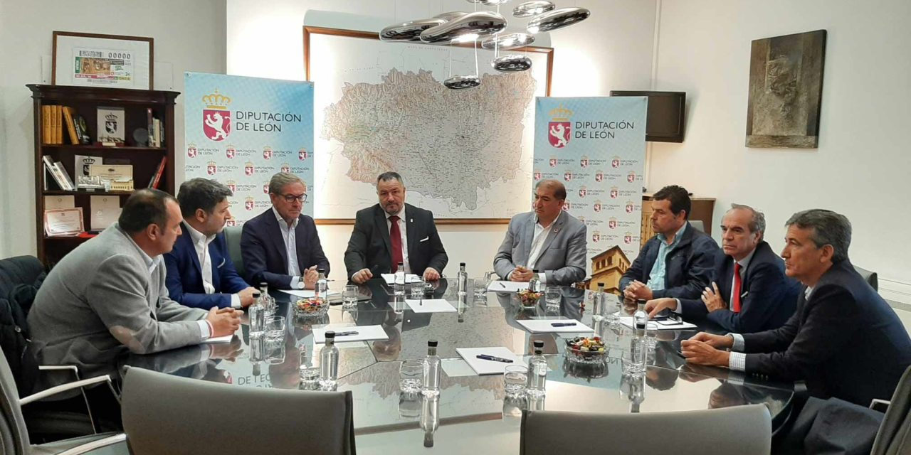 El presidente de la Diputación de León, Eduardo Morán, ha recibido este viernes al Comité Ejecutivo de la Cámara de Comercio de León